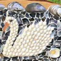 De zwaan in de vijver schelpen schilderij